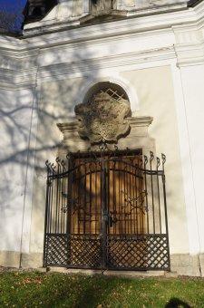 Zámek Chotiměř (čp. 34) se zámeckou kaplí sv. Jana Nepomuckého