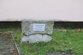 Pamětní deska - bývalý koncentrační tábor v Holýšově (čp. 33)