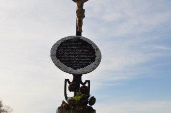 Boží muka a pamětní kříž u Mrákova
