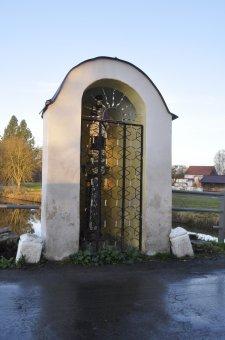 Výklenková kaplička sv. Jana Nepomuckého v Srbech