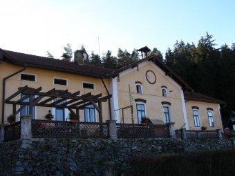 Sklárna v Anníně s vilou (čp. 22) a hrobkou rodiny Schmidů