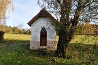 Dvě kaple a pamětní kříž v Opolenci