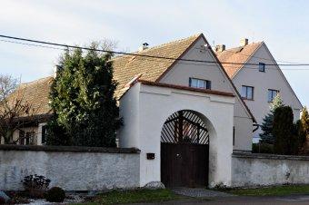 Brány venkovských usedlostí v Petrovicích (u čp. 7, 9, 11, 16)