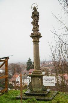 Boží muka, sochy sv. Jana Nepomuckého a sloup se sochou Panny Marie v Chotěšově