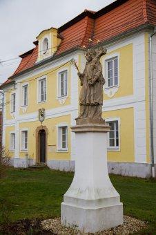 Sochy sv. Jana Nepomuckého a sloup sv. Petra v Dolní Lukavici