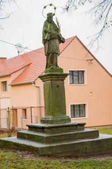 Socha sv. Jana Nepomuckého a sloup se sochou Panny Marie Immaculaty ve Vsi Touškově