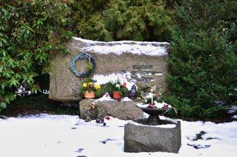 Náhrobek zastřelených dětí na Ústředním hřbitově v Plzni-Doubravce