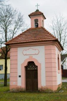 Kaplička a pamětní kříž v Doubravě