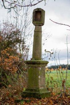 Kaplička, boží muka a smírčí kříž v Dřevci