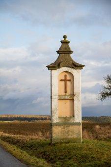 Boží muka, socha sv. Jana Nepomuckého a kaple v Líšťanech