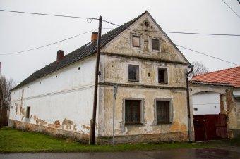 Venkovské usedlosti v Lochousicích (eč. 4, čp. 5, 6, 31, 43)