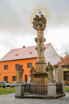 Sousoší Nejsvětější Trojice a socha sv. Jana Nepomuckého v Městě Touškově