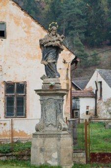 Socha sv. Jana Nepomuckého a sloup se sochou Panny Marie v Nebřezinech