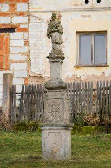 Boží muka a sloup se sochou sv. Jana Nepomuckého v Potvorově