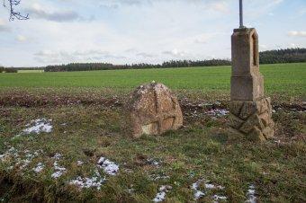 Smírčí kříž a hraniční kámen u Žebnice
