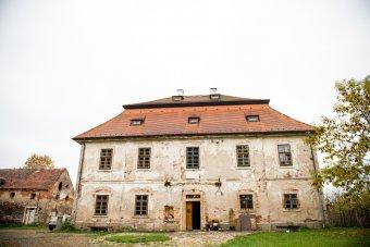 Fara v Holostřevech (čp. 1)