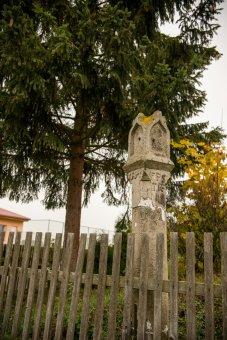 Boží muka, socha sv. Jana Nepomuckého a smírčí kříž v Lomu u Tachova