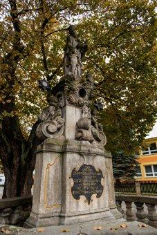 Socha sv. Jana Nepomuckého a kašna ve Stráži