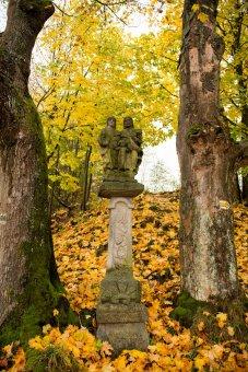 Boží muka, socha sv. Jiří a sousoší sv. Rodiny ve Studánce